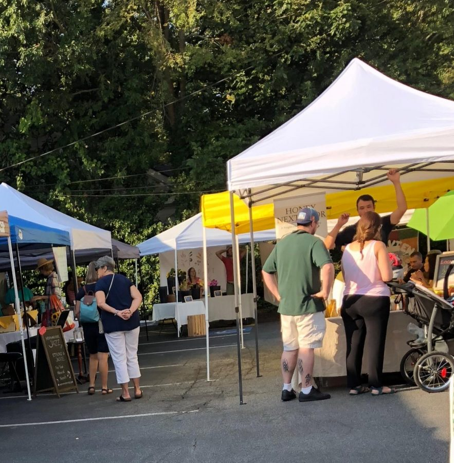 Shoppers+browse+for+organic+foods+on+an+early+fall+morning+during+the+weekly+Morningside+Farmers+Market.+The+market+opens+every+Saturday+at+8+a.m.