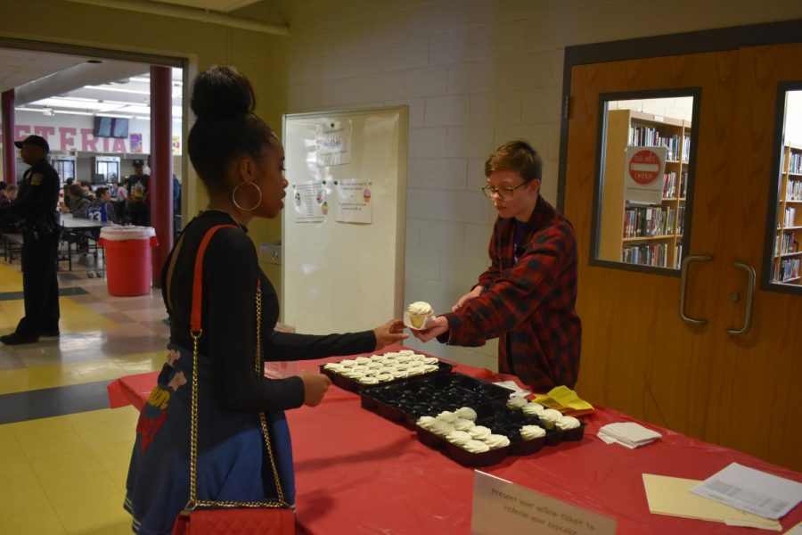 Senior+Sylvia+Price+hands+out+cupcakes+to+students+from+homerooms+who+read+the+most+during+the+Race2Read+initiative.