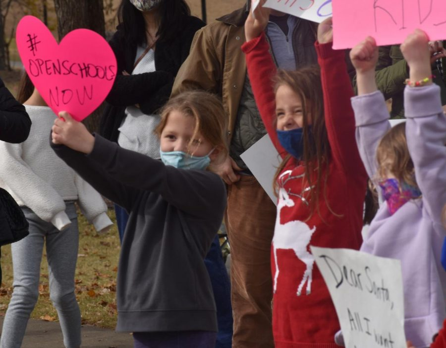 In addition to vocal parents, young students also expressed their desire to return to in-person learning by waving handmade posters and chanting cheerfully.